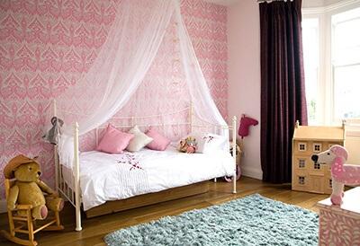 Phòng ngủ cho bé gái với mùng thả