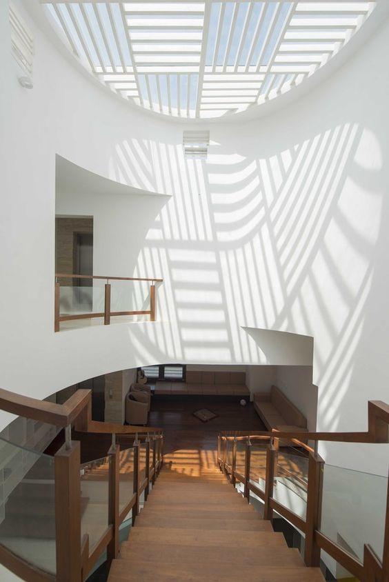 Giếng trời hình tròn trên cầu thang